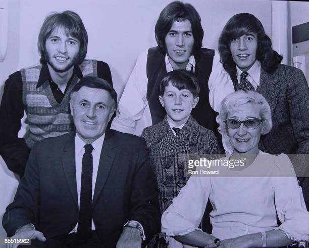 Photo of BEE GEES, Maurice Gibb, Barry Gibb, Robin Gibb - front: Hugh Gibb, Andy Gibb & Barbara Gibb