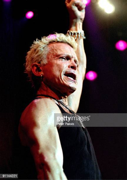 Photo of Billy IDOL; Billy Idol, Nederland, Paradiso, Amsterdam, 7 juni 2005,, Pop, punk, rock, de bezweette zanger Billy Idol steekt, na het concert...