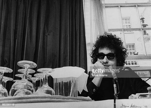 Photo of Bob DYLAN posed at press conference at The Savoy