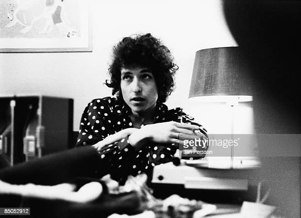 Photo of Bob DYLAN posed doing interview