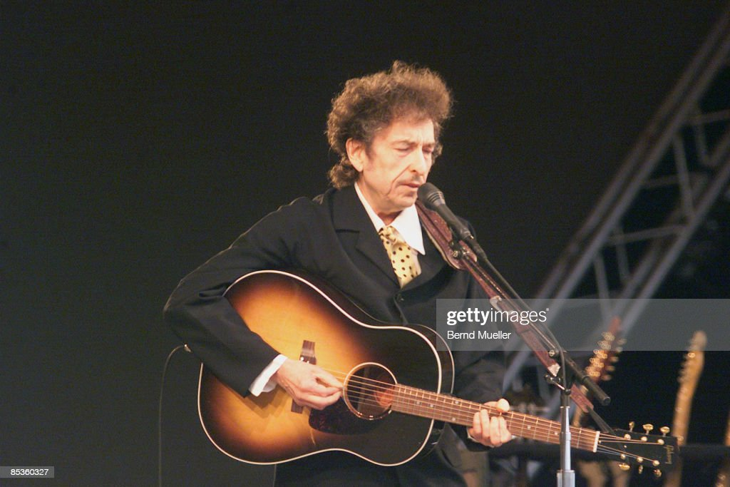 FESTIVAL Photo of Bob DYLAN, Roskilde Musik-Festival 2001,, Bob Dylan, live in concert, mit Akustikgitarre, Querformat