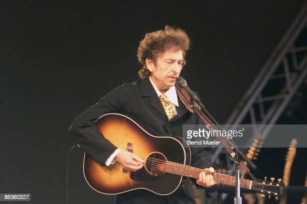 FESTIVAL Photo of Bob DYLAN Roskilde MusikFestival 2001 Bob Dylan live in concert mit Akustikgitarre Querformat