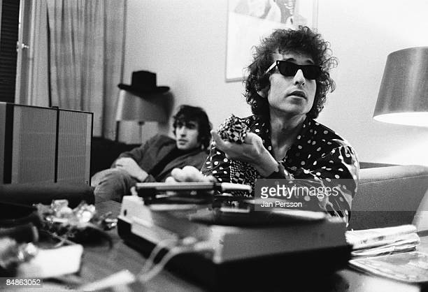 Photo of Bob DYLAN w/ Richard Manuel doing interview wearing sunglasses