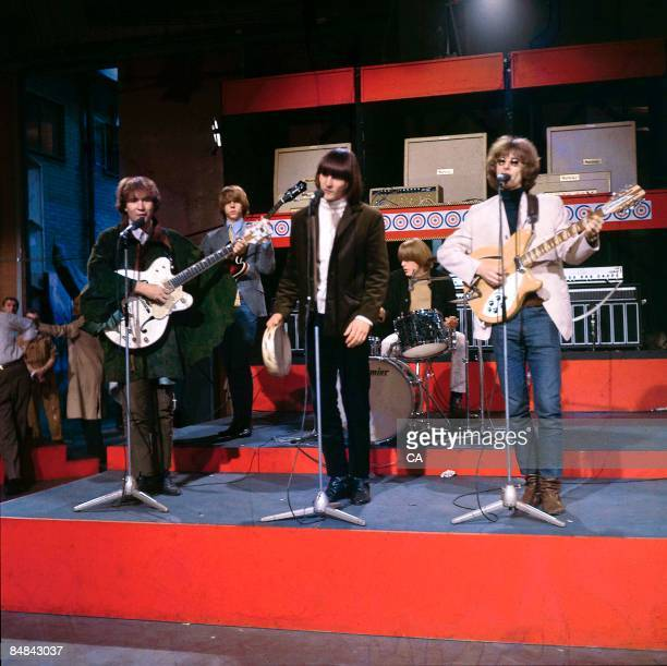 GO Photo of BYRDS and Chris HILLMAN and David CROSBY and Gene CLARK and Michael CLARKE and Roger McGUINN Group performing at Wembley Studios LR David...