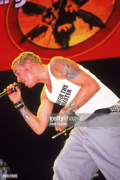 Photo of Chester BENNINGTON and LINKIN PARK Chester Bennington performing live onstage