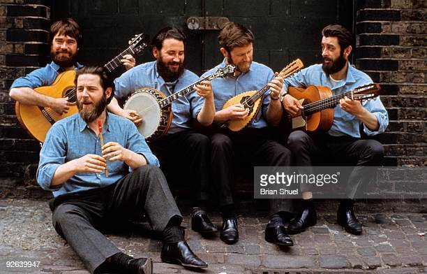 Photo of Ciaran BOURKE and Ronnie DREW and DUBLINERS and Barney McKENNA LR Ciaran Bourke Barney McKenna John Sheahan Ronnie Drew
