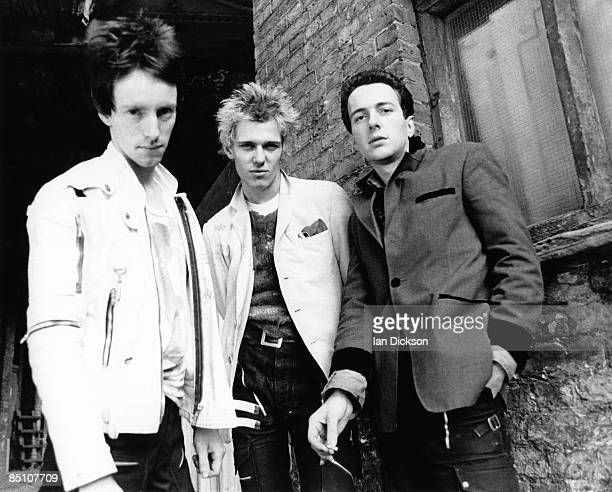 Photo of CLASH and Topper HEADON and Paul SIMONON and Joe STRUMMER Posed group portrait LR Topper Headon Paul Simonon and Joe Strummer