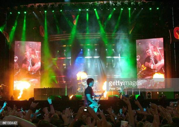 BOWL Photo of CONCERT and GREEN DAY Billie Joe Armstrong Mike Dirnt