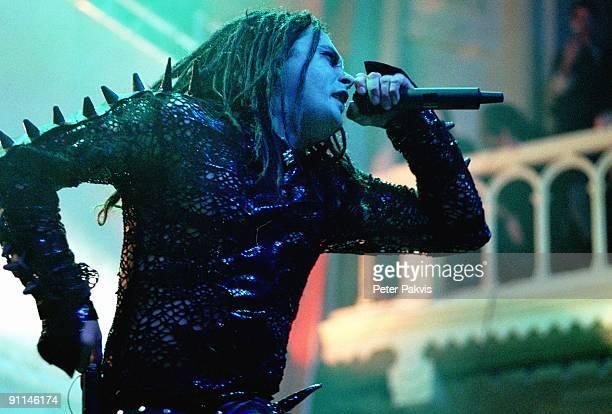 Photo of CRADLE OF FILTH; Craddle Of Filth, Nederland, A'dam, 25 februari 2005, Pop, metal, de zanger, wiens gelaat wordt beschenen door, een blauw...