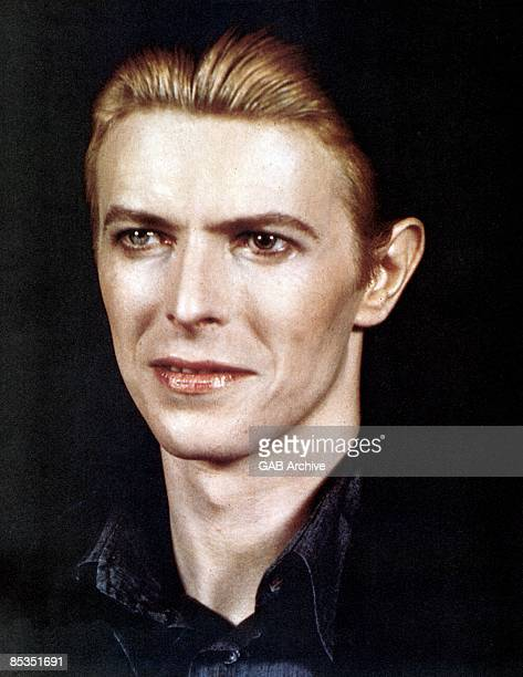 Photo of David BOWIE posed c1976
