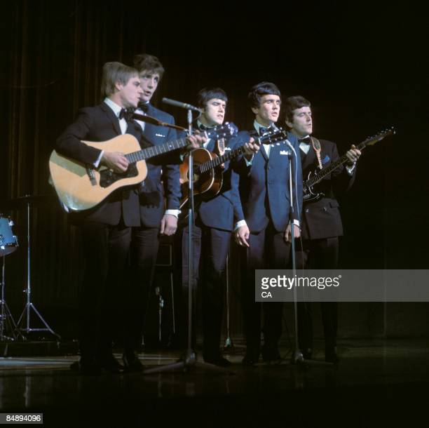 Photo of Denis PAYTON and Dave CLARK and DAVE CLARK FIVE and Rick HUXLEY and Mike SMITH and Lenny DAVIDSON; Group performing on stage L-R Lenny...