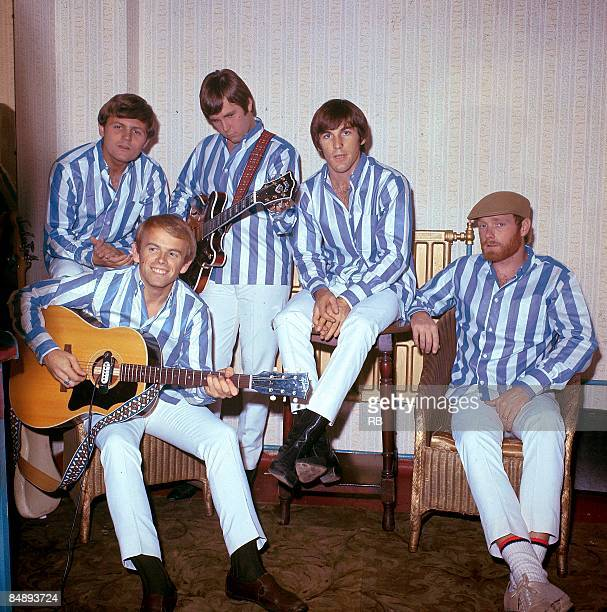 Photo of Dennis WILSON and Carl WILSON and Al JARDINE and Bruce JOHNSTON and BEACH BOYS and Mike LOVE; Posed group portrait - Bruce Johnston, Al...