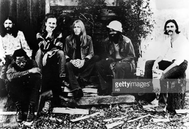 Photo of Dickey BETTS and Lamar WILLIAMS and Greg ALLMAN and Chuck LEAVELL and ALLMAN BROTHERS and Jaimoe JOHANSON and Butch TRUCKS Posed group...