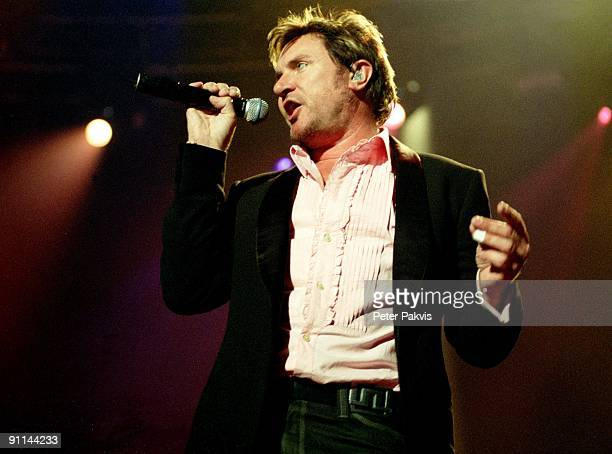 Photo of DURAN DURAN Duran Duran Nederland H M H Amsterdam 30 mei 2005 Pop wave zanger Simon Le Bon is gestoken in een wit overhemd draagt een zwart...