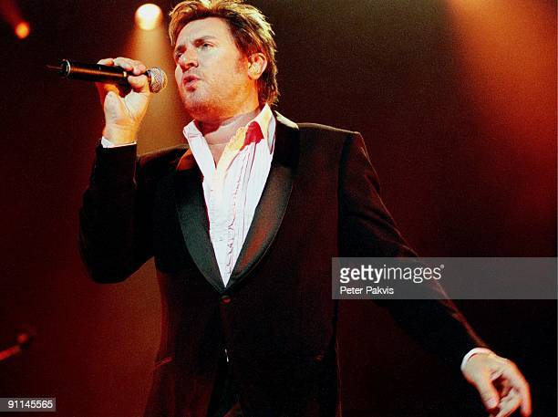 Photo of DURAN DURAN Duran Duran Nederland H M H Amsterdam 30 mei 2005 Pop wave zanger Simon Le Bon is gestoken in een wit overhemd en een zwart...
