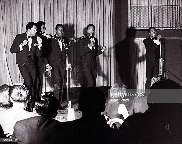 Photo of Eddie KENDRICKS and Melvin FRANKLIN and David RUFFIN and Otis WILLIAMS and Paul WILLIAMS and TEMPTATIONS Group performing on stage audience...