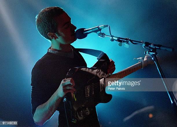 Photo of EDITORS; Editors, Nederland, De Max, Amsterdam, 19 oktober 2005, Pop, indie, wave, doem, in een zee van blauw en wit tegen-, licht houdt de...