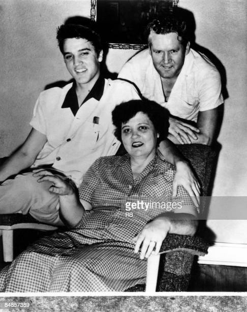 Photo of Elvis PRESLEY Elvis Presley with his parents Gladys and Vernon