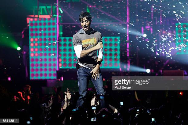 Photo of Enrique IGLESIAS, performing live on stage at the TMF Awards 2007, fans filming on mobile phones