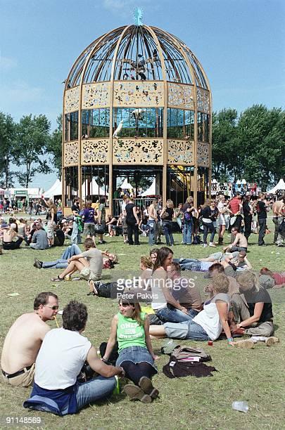 FESTIVAL Photo of FESTIVALS Sfeer Lowlands Biddinghuizen Nederland 19 augustus 2007 Pop Lowlandsfestivalgangers zitten op gemak bij elkaar op het...