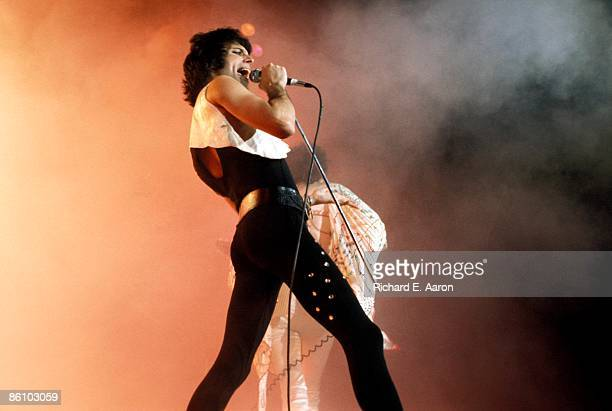 GARDEN Photo of Freddie MERCURY and QUEEN Freddie Mercury performing live on stage