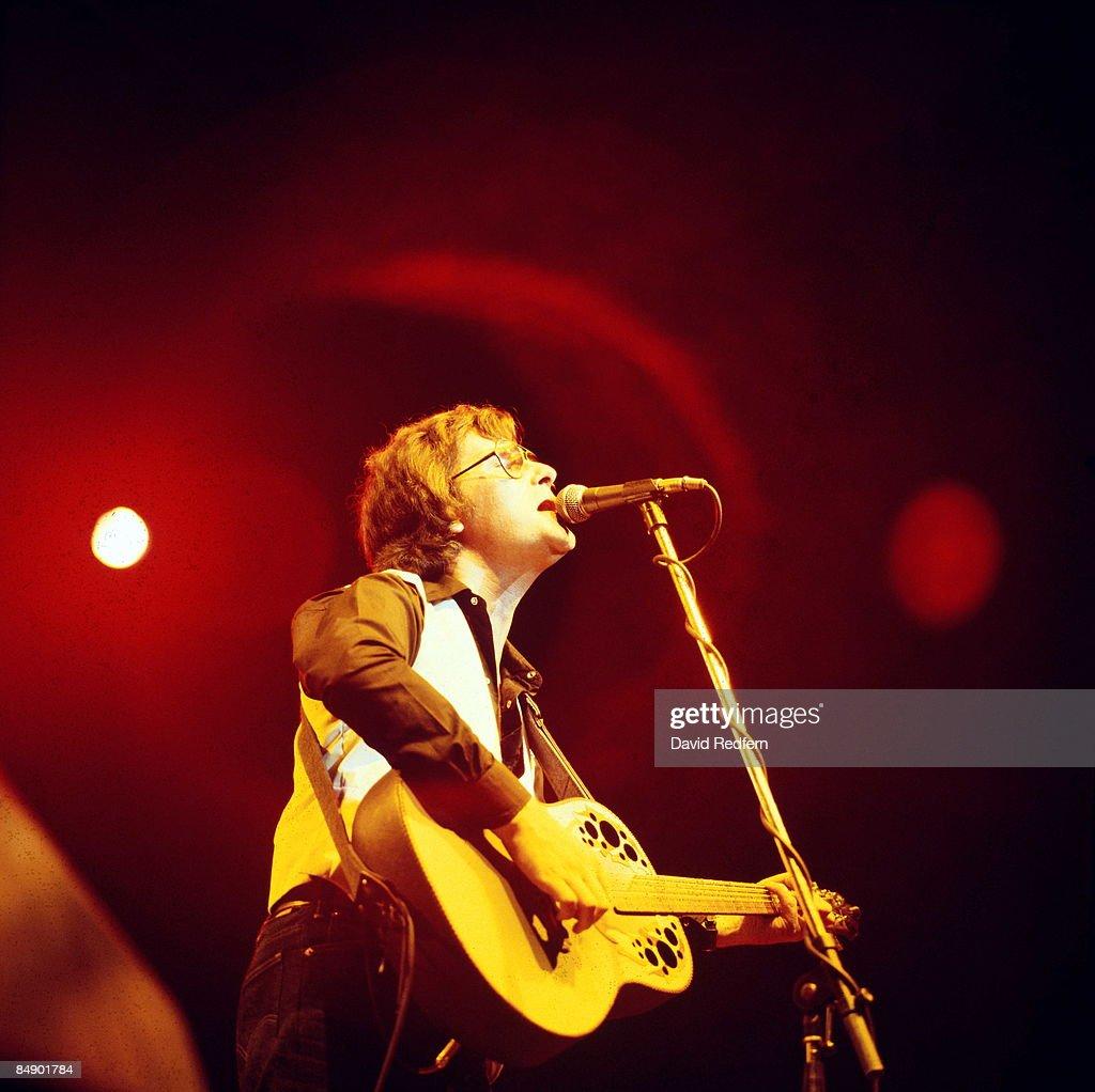 Photo of Gerry RAFFERTY; Gerry Rafferty performing on stage