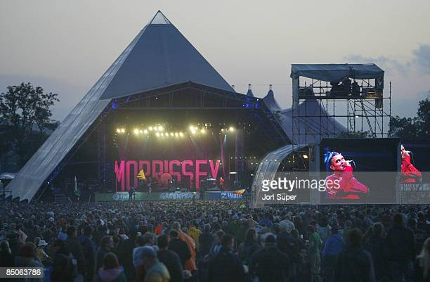 FESTIVAL Photo of Glastonbury Glastonbury 2004 Pyramid stage / sunset / crowd / morrissey