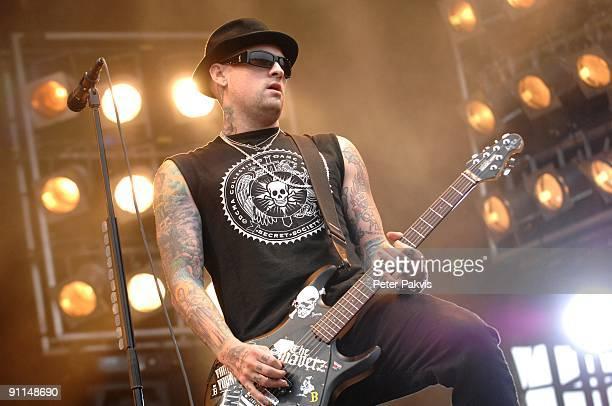 Photo of GOOD CHARLOTTE, Good Charlotte, Pinkpop, Landgraaf, Nederland, 26 mei 2007, Pop, punk, de gitarist heeft vele tattoo's op beide armen en,...