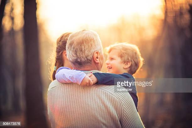 Foto de abuelo y a sus nietos en el parque