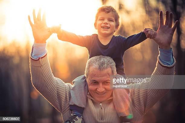 Foto der Großvater und sein Enkel im park