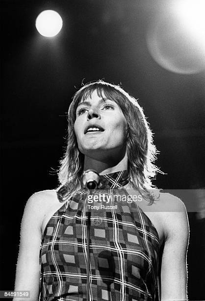 Photo of Helen REDDY; Helen Reddy performing on stage