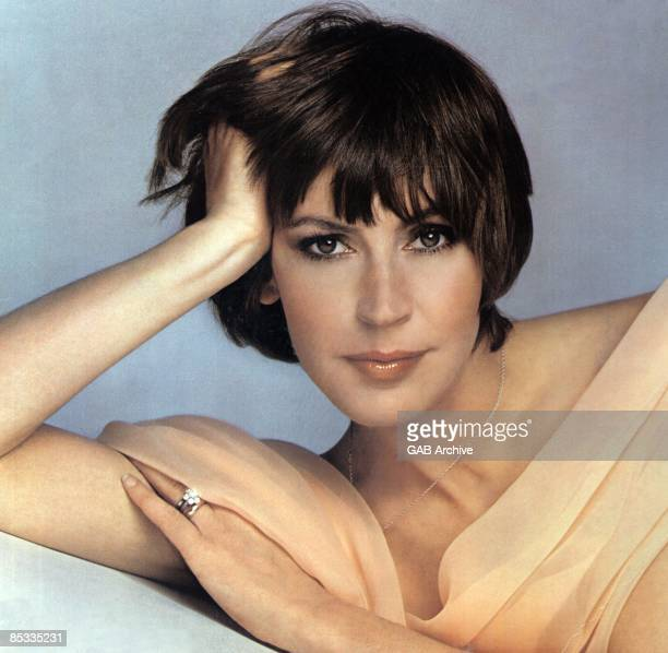 Photo of Helen REDDY; Posed portrait of Helen Reddy
