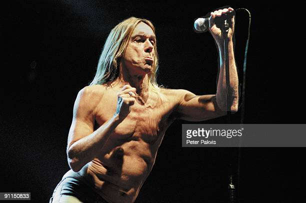 FESTIVAL Photo of Iggy POP Iggy Pop and the Stooges Lowlands Biddinghuizen Nederland 19 augustus 2006 Pop punk garage Iggy Pop zingt met ontbloot...