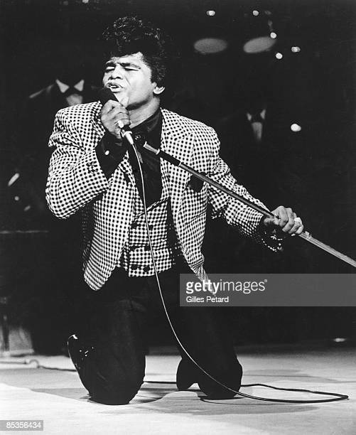 Photo of James BROWN James Brown performing on stage on knees