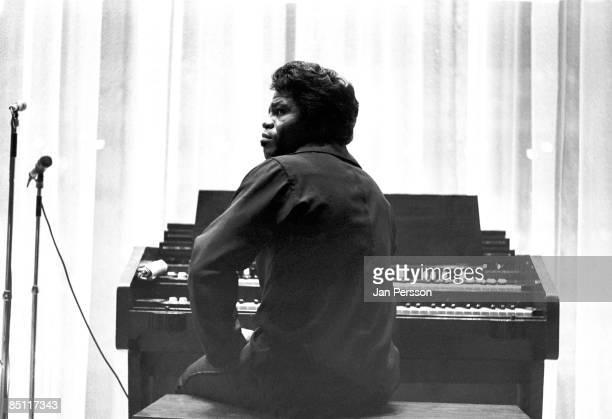 Photo of James BROWN James Brown posed at Hammond organ