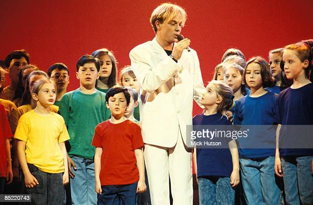 Photo of Jason DONOVAN; Jason with the kids from the show of 'Joseph & His Amazing Technicolor Dreamcoat'