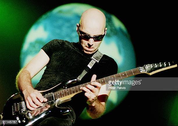 ROTTERDAM Photo of Joe SATRIANI Joe Satriani Nederland Ahoy Rotterdam 24 mei 1998 Pop rock metal meestergitarist Joe Satriani speelt met verbeten lip...
