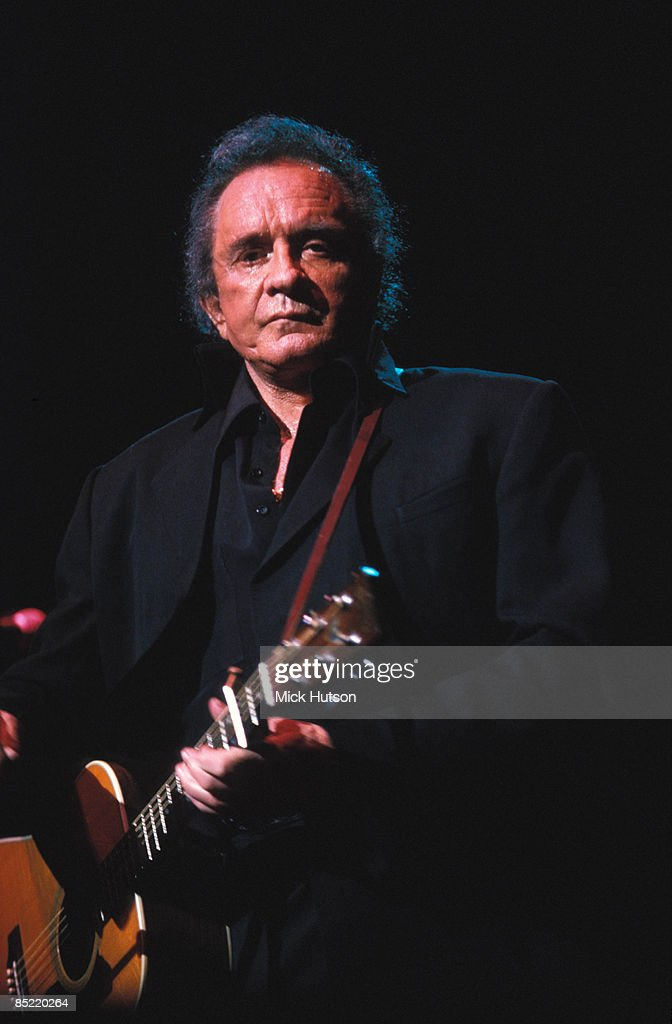 HALL Photo of Johnny CASH, Johnny Cash perforning on stage