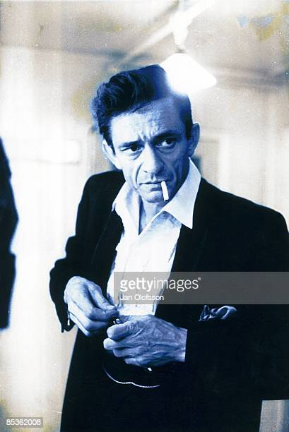 Photo of Johnny CASH, Portrait of Johnny Cash smoking cigarette