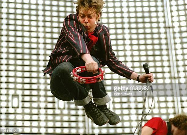 Photo of KAISER CHIEFS; Kaiser Chiefs, Nederland, Arena, Amsterdam, 13 juli 2005, Pop, punk, de zanger vliegt met de tambourijn in zijn hand door de...