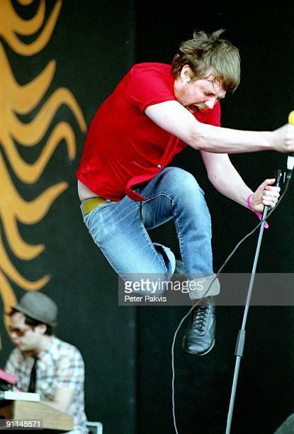 Photo of KAISER CHIEFS, Kaiser Chiefs, Nederland, Pinkpop, Landgraaf, 16 mei 2005, Pop, britpop, zanger springt met de microfoon-, standaard in zijn...