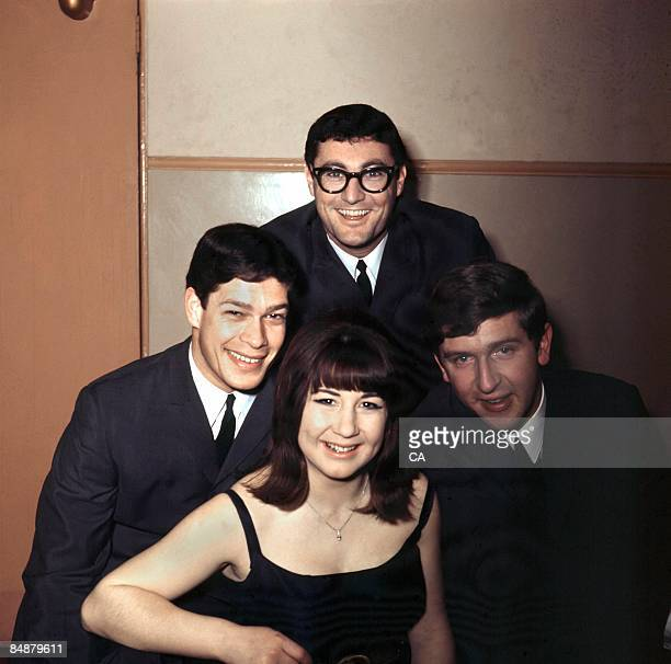 Photo of Keith POTGER and Athol GUY and SEEKERS and Bruce WOODLEY and Judith DURHAM; Posed group portrait L-R Keith Potger, Judith Durham, Athol Guy...
