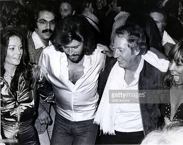 Photo of Linda GIBB and Robert STIGWOOD and Barry GIBB