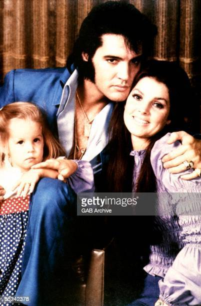 Photo of Lisa-Marie PRESLEY and Priscilla PRESLEY and Elvis PRESLEY, with his wife Priscilla and daughter Lisa-Marie - c.1970