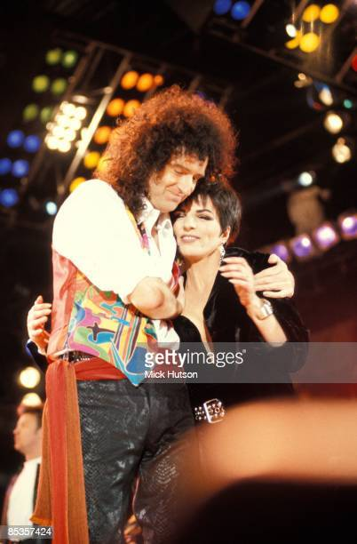 STADIUM Photo of Liza MINELLI and Brian MAY and QUEEN Brian May Liza Minelli performing on stage at the Freddie Mercury Tribute concert