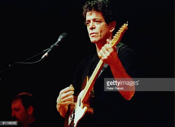 Photo of Lou REED Lou Reed Nederland Carre Amsterdam 11 mei 2000 Pop rock Lou Reed speelt geheel in het zwart gekleed en tegen een sobere zwarte...