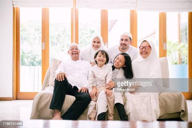 photo de lovely family celebrating hari raya aidilfitri - bonne fete de ramadan photos et images de collection