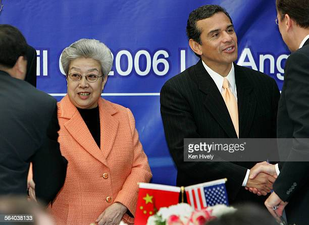 Photo of Madam Wu Yi and Antonio Villagrosa shake hands with businessmen during signing ceremony Vice premier Madam Wu Yi leads a delegation of top...
