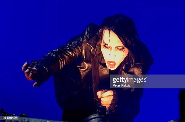 FESTIVAL Photo of MARILYN MANSON Marilyn Manson Pinkpop Landgraaf Nederland 26 mei 2007 Pop gothic zanger Marilyn kruipt in een gebogen houding over...