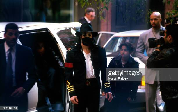Photo of Michael JACKSON Michael Jackson in the street wearing surgical mask